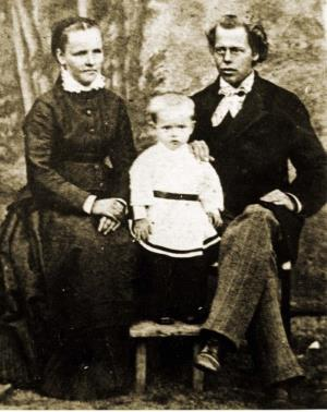 Павлик Бажов в детстве с родителями