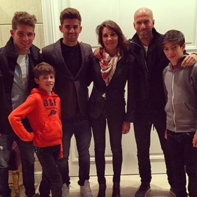 Зинедин Зидан с семьей - женой Вероникой Фернандес и сыновьями.