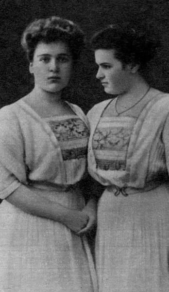 Вера с сестрой Марией в юности. 1908 г.