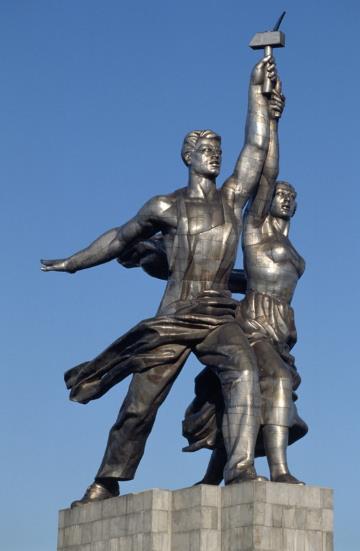 """Мало кто знает, что """"Рабочий и колхожница - это второй экземпляр скульптуры: первый был поврежден во время перевозки из Парижа в Москву"""