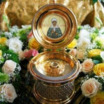 К мощам и иконе Матронушки люди приносят живые цветы и молятся. У всех свои просьбы и чаяния