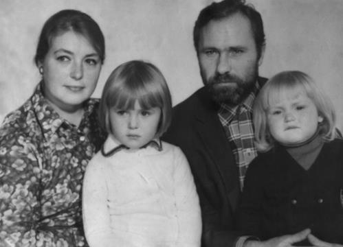 Маша Шукшина в детстве с сестрой и родителями