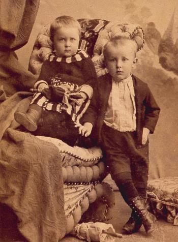 Миша Булгаков в детстве с сестрой Верой