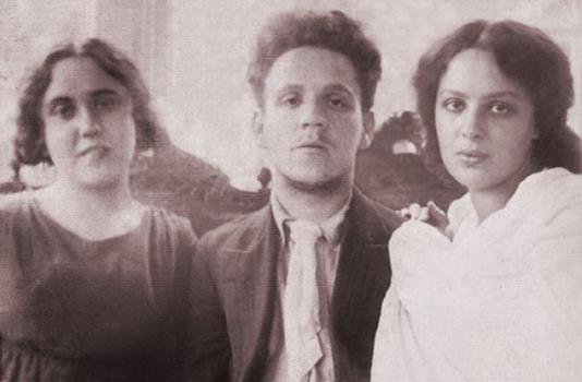 Самуил Маршак с сестрой, Сусанной Яковлевной (слева), и женой, Софией Михайловной (справа), 1912 год