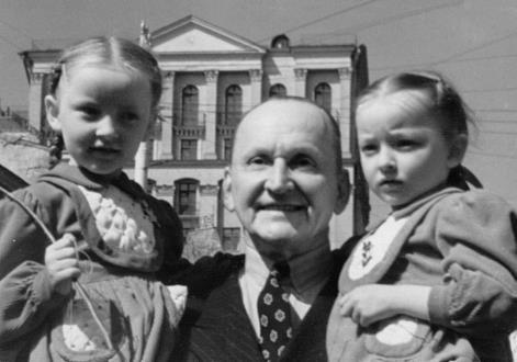 Александр Вертинский с дочками Настей и Машей