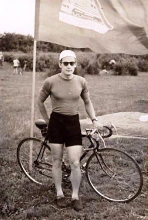 В юности Алан занимался велогонками