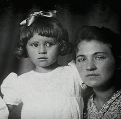 Валя Толкунова в детстве с мамой