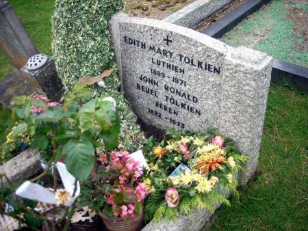 Могила Толкина и его жены.