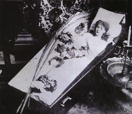 Сара Бернар в гробу. Не пугайтесь! Здесь Сара живая!