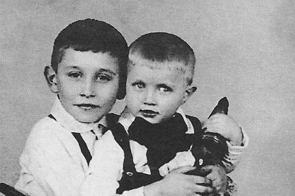 Миша Светин (на фото слева) в детстве с младшим братом