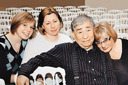 Михаил Светин с женой, дочкой и внучкой