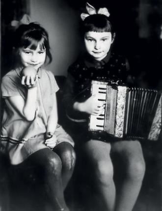 Юная Оля Прокофьева (слева) со старшей сестрой Ларисой