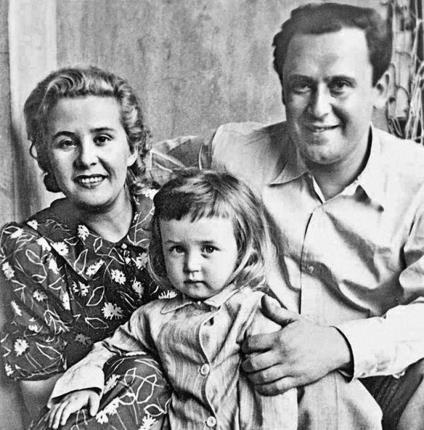 Вася Ливанов в детстве с родителями