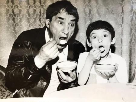 Спартак Мишулин с маленькой дочкой Кариной 1980-е гг.