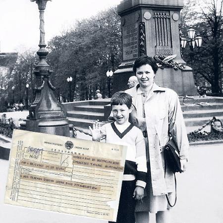 Татьяна Еремеева с сыном Тимуром с телеграммой от Спартака Мишулина 1990-е гг.