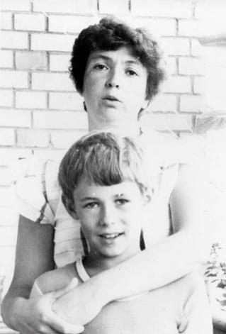 Алёша Панин в детстве с мамой