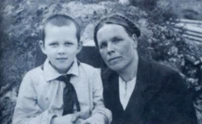 Валера Золотухин в детстве с мамой