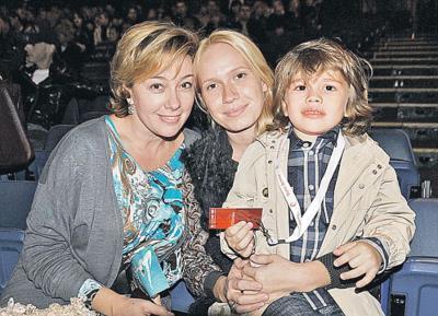 Арина с невесткой Алиной и внуками