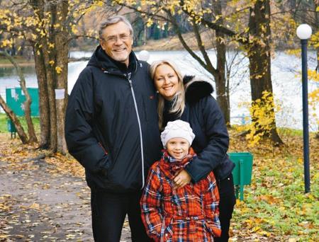 Александр Михайлов с женой Оксаной и дочкой