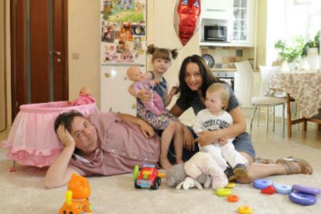 Андрей Леонов в семье с женой и детьми