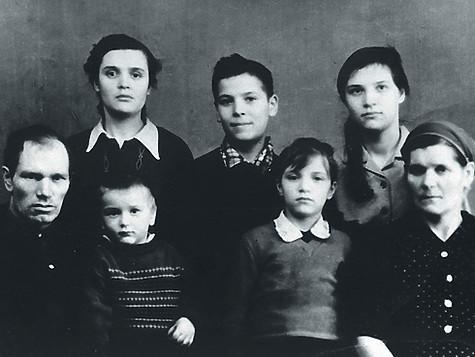 Сергей Пенкин самый младший из многодетной семьи. На фото с родителями, братом и сестрами.