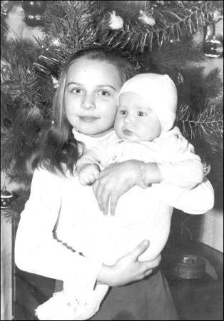 Таня в детстве с младшей сестрой