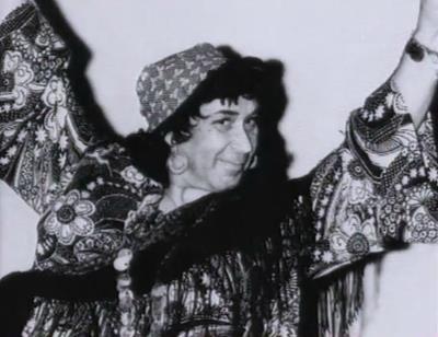 Готлиб Ронинсон на сцене театра в роли цыганки