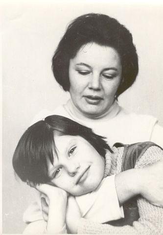 Саша с мамой в детстве