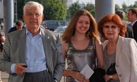 Раймонд Паулс с женой Светланой и внучкой Моникой