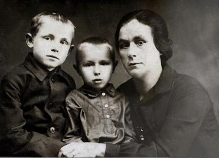 Кеша (слева) с братом Володей и тетей Надеждой Петровной в детстве