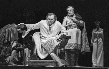 Иннокентий Смоктуновский на сцене театра