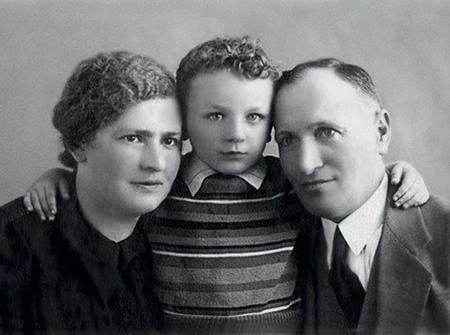 Миша с родителями в детстве