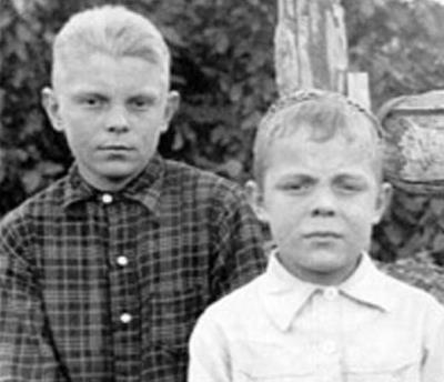 Юра (слева) с братом в детстве
