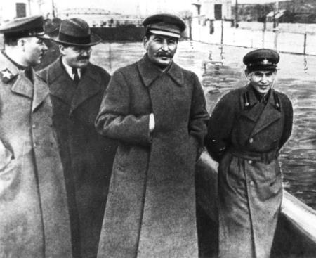 Ворошилов, Молотов, Сталин и Ежов, 1937 г. Через три года Ежова казнит собственный подчиненный - Блохин...