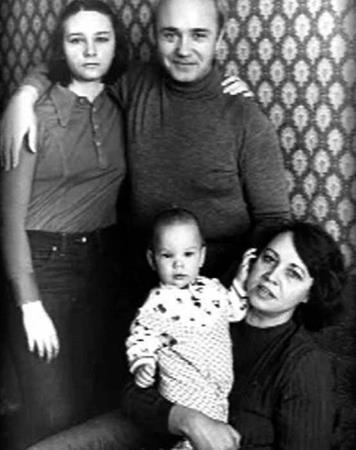 Леонид Куравлев с семьей: женой, дочерью и сыном