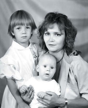 Алла со старшей сестрой и мамой в детстве