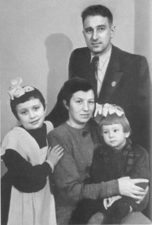 Анатолий Владимирович и Нина Григорьевна с дочерьми Галиной и Татьяной