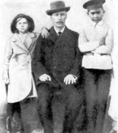 Клава с братом и отцом в детстве
