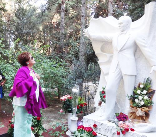 Тамара Синявская у могилы Муслима Магомаева