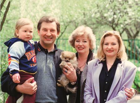Владислав Третьяк с женой Татьяной, дочерью и внуком Максимом, который пошел по стопам деда
