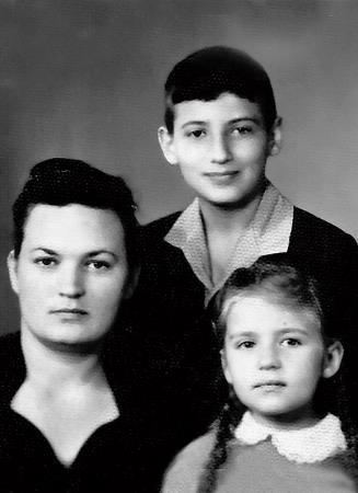 Игорь с мамой и сестрой
