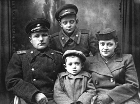 Лёва с мамой, отчимом и младшим братом