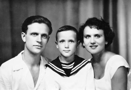 Николай в детстве с родителями