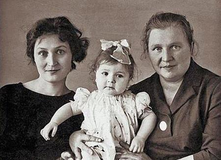 Жанна с мамой и бабушкой