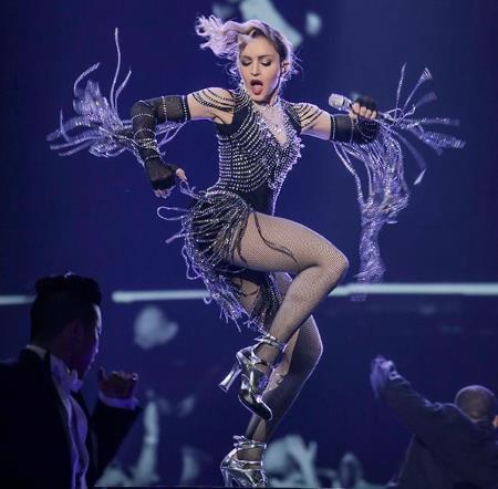 Мадонна продолжает удивлять поклонников своим неадекватным поведением