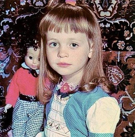 Аня в детстве