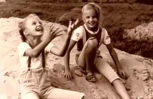 Сестры Таня и Оля в детстве