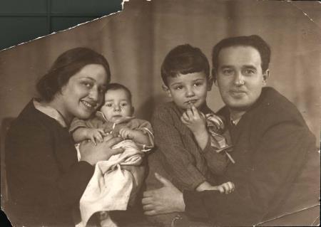 Александр Мень с родителями в детстве