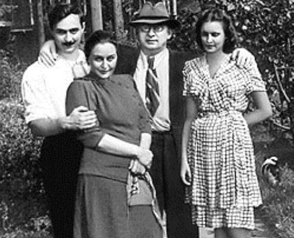 Берия с женой Ниной (слева), сыном Серго и невесткой Марфой (справа)