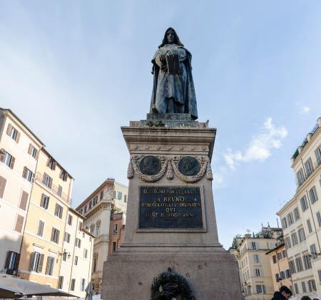 Памятник Джордано Бруно в Риме на Кампо деи Фиори, месте где его казнили